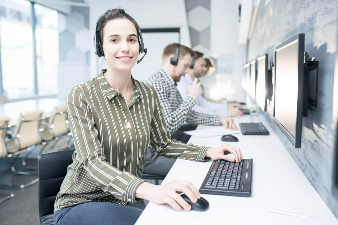 What are the advantages of the live support system for e-commerce companies?